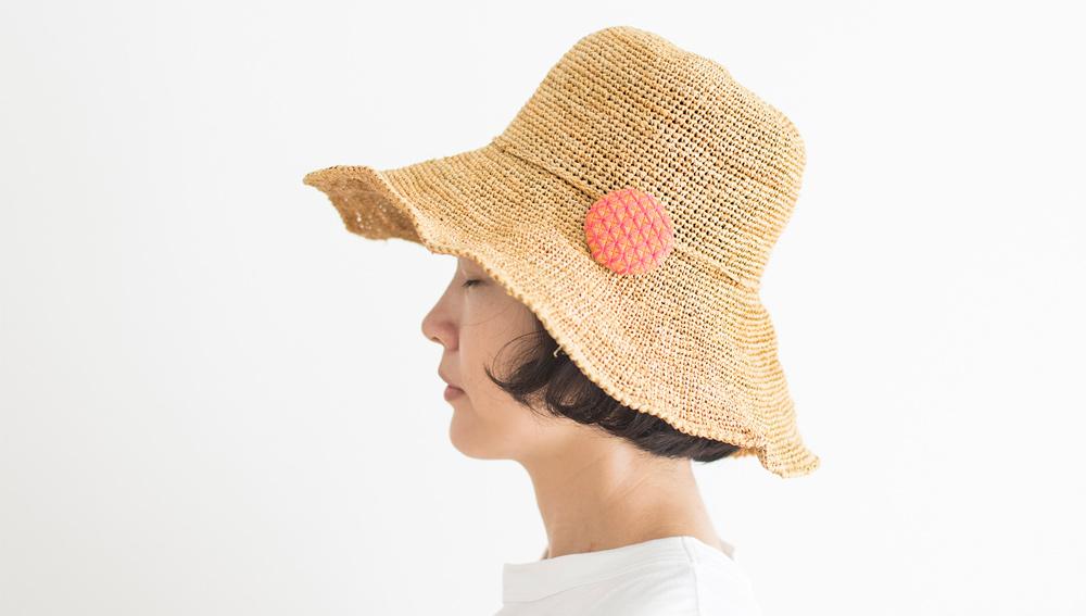 刺しゅうプローチを帽子につけてみました。